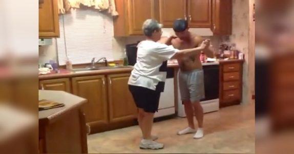 Når morens favorittsang spiller, tar sønnen tak i hånden hennes. Nå har dansen sjarmert hele internett!