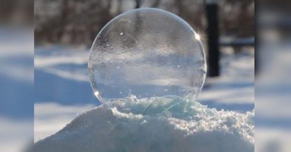 Kvinnen blåser en såpeboble ute i snøen. Men FØLG MED på det utrolige som skjer!