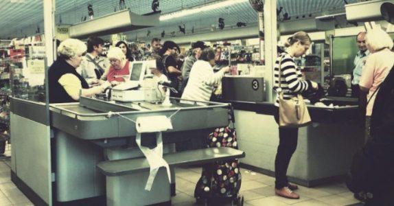 Det rike paret gjør narr av fembarnsmoren på butikken. Men da reagerer denne fremmede kvinnen!