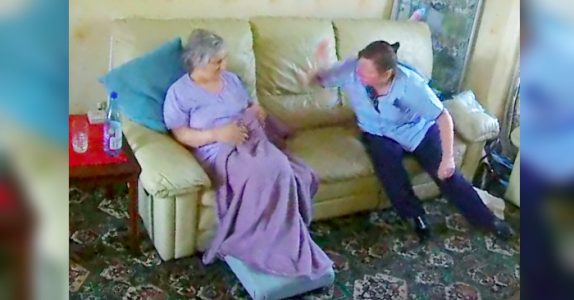Datteren smugfilmer pleieren til sin demenssyke mor. Da fanger kameraet disse sjokkerende bildene!