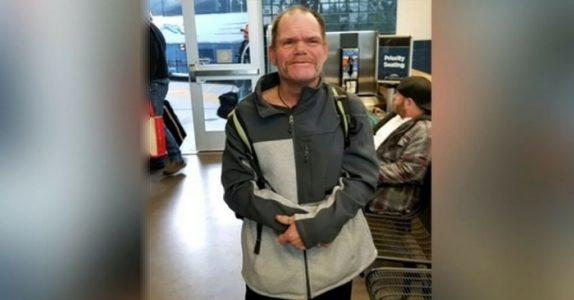 Hun spør den hjemløse 52-åringen hva han ønsker seg til jul. Svaret etterlater henne i tårer!