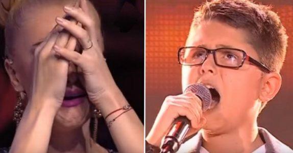 Den sjenerte gutten inntar scenen og tar mikrofonen. Men når han åpner munnen forbløffer han ALLE!