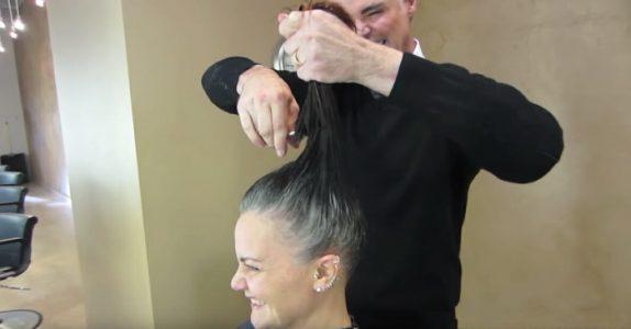 Kvinnen var lei av å skjule sine grå hår. Da sørger frisøren for at hun får et helt nytt utseende!