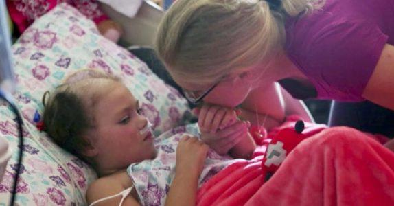 Legene ga jenta 20 prosent sjanse til å overleve. Da åpner hun øynene og sier DETTE!
