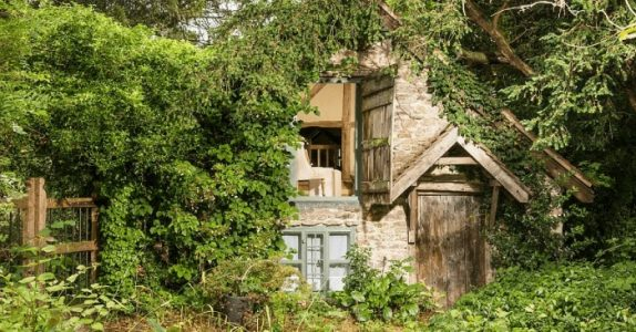 Den 500 år gamle hytta ser helt forlatt ut. Men vent til du ser innsiden! WOW!