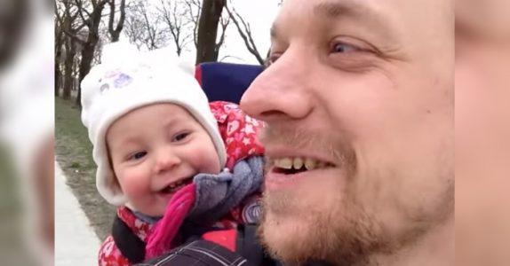 Han prøver å lære datteren å si «pappa». Men hør hva datteren sier når hun åpner munnen!