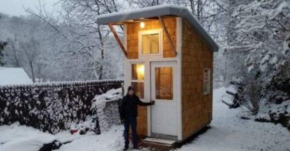13-åringen bygde sitt eget lille hus for 15.000 kroner. Se nå når han åpner døren!