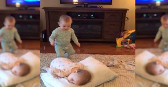 Tvillingene ser på film. Minutter senere ser moren noe som får henne til å løpe etter kameraet!