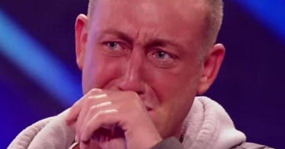 Han brukte flere år på å tørre å gå opp på scenen. Så rører han ALLE til tårer med sangen sin!