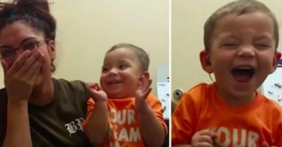 2-åringen hadde aldri hørt morens stemme. Se reaksjonen når han hører den for første gang!