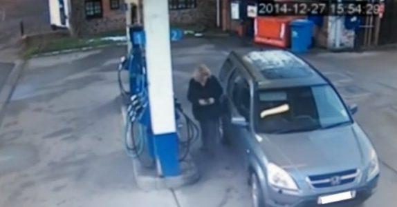 Kvinnen skal bare fylle bensin. Men bildene fra overvåkingskameraet gir alle en god latter!