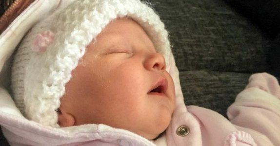 Moren finner den 3 uker gamle babyen bevisstløs etter kjøretur. Nå advarer hun andre foreldre!