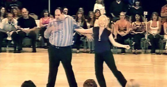 Alle blir skeptiske når denne mannen inntar dansegulvet. Men SE nå når musikken begynner!