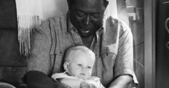 Pappaen ber naboen om å holde barnet mens han tar bilde. Så avslører han hvem han egentlig er!