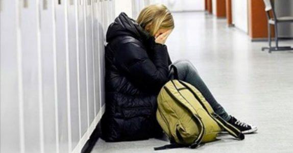 Datteren straffes når hun slår klassekameraten. Men morens reaksjon sender rektor i skammekroken!