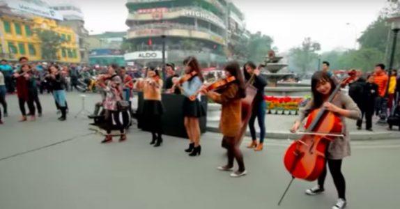 Flere fiolinister spiller Aviciis «Wake me up» på gaten. Og etterlater oss alle i tårer!