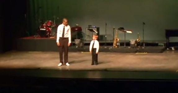Den lille gutten følger spent med på danselæreren. Sekunder senere etterlater han alle målløse!