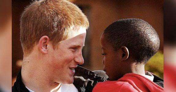Prins Harry møtte en foreldreløs gutt i Afrika. 14 år senere får han en æresplass i bryllupet!