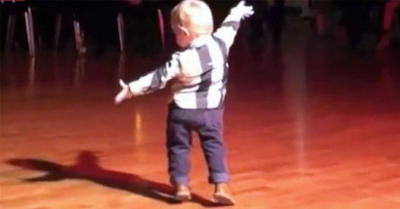 2-åringen hører den klassiske Elvislåten. Men SE når han snur seg og etterlater alle målløse!