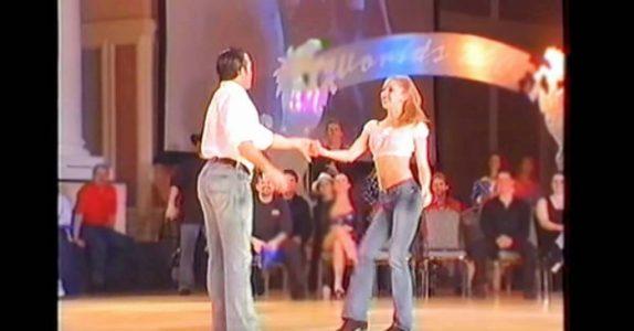 Publikum stilner når han ber om kvinnens hånd. Men SE når de begynner å danse!