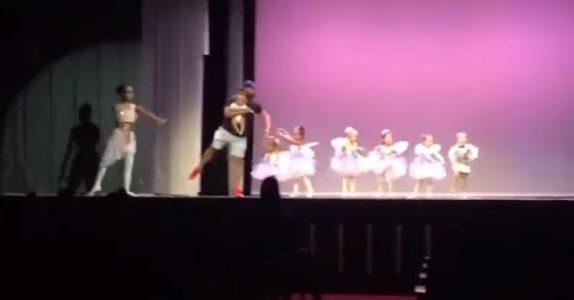 Jenta få sceneskrekk midt under ballettnummeret. Da kommer pappaen opp på scenen og redder dagen!