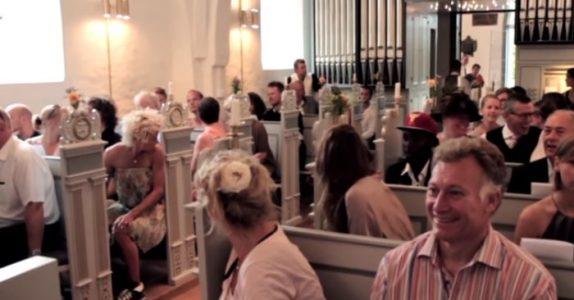 Brudgommen forlater kirken uten å si et ord. Så gjør han noe som sjokkerer ALLE bryllupsgjestene!