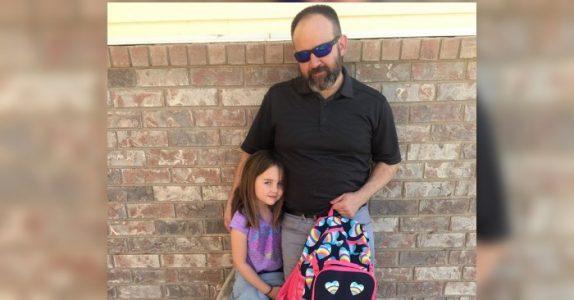 Da jenta har et «uhell» ringer skolen faren hennes. Så dukker han opp hos rektoren med våte bukser!