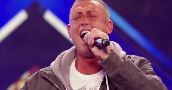 Han står og skjelver som et aspeløv. Men når han begynner å synge tar han pusten fra HELE salen!