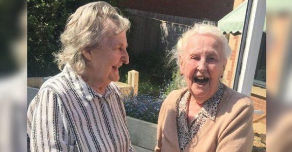 Hun hadde ikke sett søsteren på 15 år. Så oppdager barnebarnet hvem naboen på sykehjemmet er!
