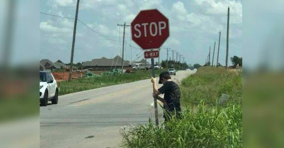 Sjåføren spør mannen hvorfor han står i veikanten med et stoppskilt. Svaret sjokkerer!