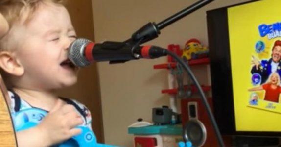 2-åringen rekker knapt opp til mikrofonen. Men ingen utfordring er for stor for en lovende musiker!