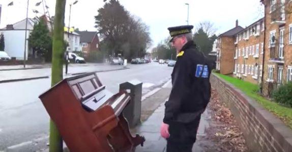 Parkeringsvakten finner et forlatt piano på fortauet. Men det han gjør da får alle til å måpe!