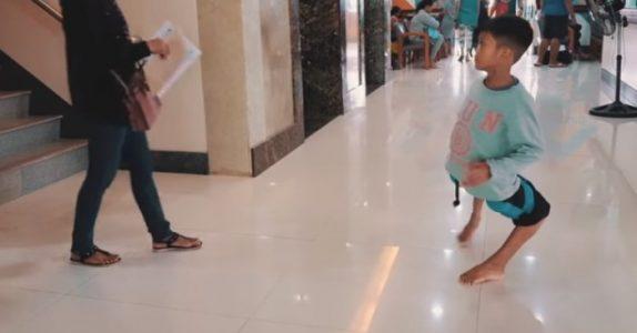 Filippinsk gutt ser ut som en flamingo. Da tar den pensjonerte idrettsmannen saken i egne hender!