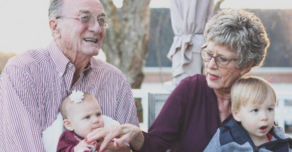 Er du bestemor eller bestefar? Vi forteller deg hvorfor du bør passe barnebarna så ofte du bare kan!