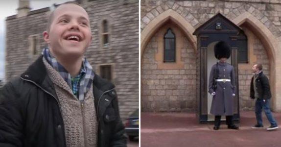 Gutten med Down syndrom går fram til vakten utenfor slottet. Men SE hva soldaten gjør da!