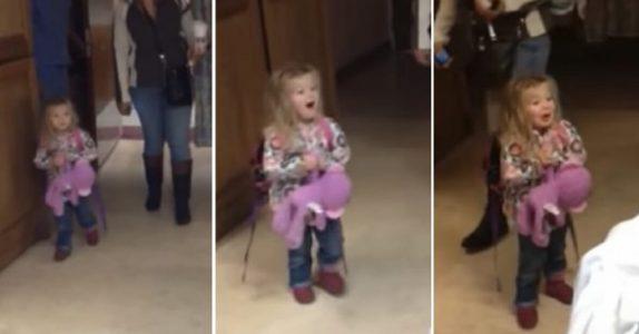 Jenta går forsiktig inn på rommet. Se hvordan hun reagerer når hun får møte lillebror for første gang!