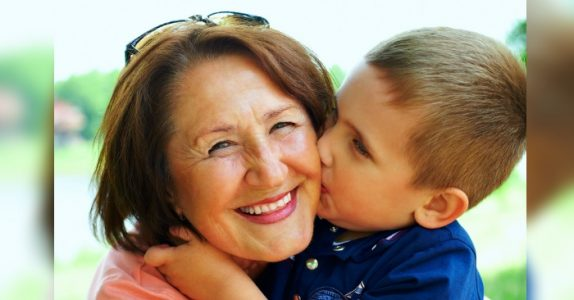 Ny forskning viser: Besteforeldre som passer barnebarna sine ofte lever lengre!
