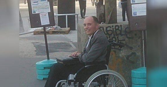 Ingen av passasjerene vil gjøre plass for rullestolebrukeren. Da gjør bussjåføren det ENESTE riktige!