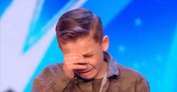 10-åringen med autisme sjokkerer alle med sangstemmen sin. Så bryter han sammen av juryens svar!