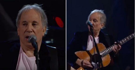 Paul Simon fremfører klassikeren «Sound of Silence». Men det er stemmen i bakgrunnen som får tårene til å trille!
