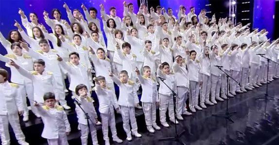 81 barn får hele internett til å juble. Se på den fantastiske fremføringen av Queen-låten!
