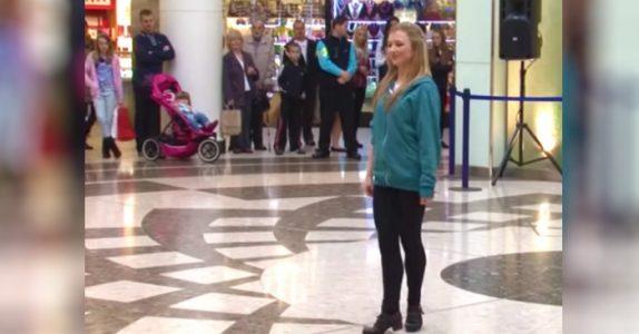 Jenta stiller seg opp og begynner å danse på kjøpesenteret. Men se hva som skjer BAK henne!