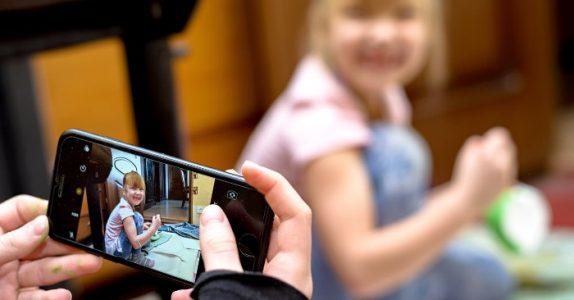 Forskning viser: Derfor kan det vær farlig å legge ut bilde av barna sine på nett!