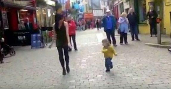 Den lille jenta avbryter danseren på gata. Men SE nå når hun overtar hele showet!