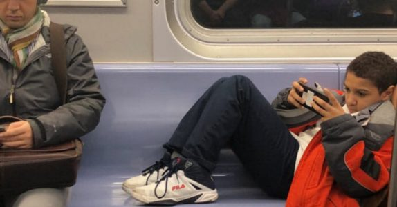 Snørrungen nekter å fjerne de skitne skoene sine fra setet. Men SE hva denne mannen gjør da!