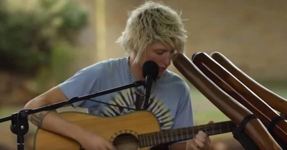 Gutten setter seg ned med en vanlig gitar. Men etter 30 sekunder? Wow!
