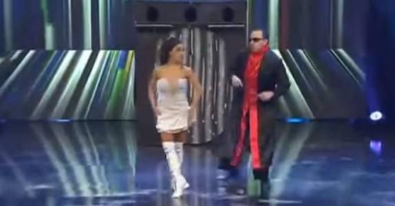Følg nøye med på kjolen til denne dama. Ett sekund senere sitter dommerne og MÅPER!