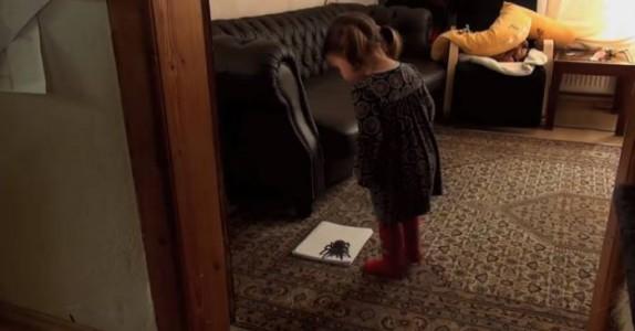 Datteren hans stirrer på en SVÆR edderkopp. Men når hun tramper på den?  Jeg sitter og MÅPER!