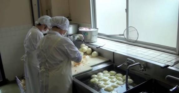 De filmer i en skolekantine i Japan. Det kjøkkenpersonalet gjør hylles av millioner verden over!
