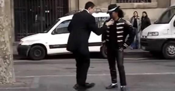 Han går opp til en Michael Jackson-imitator og begynner å danse. Resultatet? Så herlig!